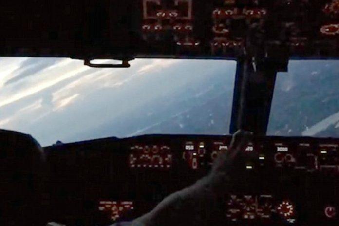 Δείτε πώς φαίνεται μια προσγείωση αεροσκάφους μέσα από το πιλοτήριο (video)