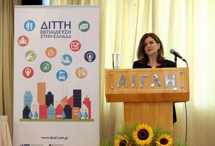 Η Αντωνοπούλου ανακοίνωσε τα προγράμματα για 13.000 ανέργους 18 εως 29 ετών