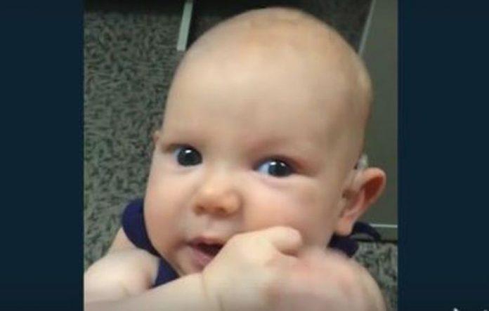 Η μικρή Άναμπελ ακούει για πρώτη φορά τη φωνή της μαμάς της