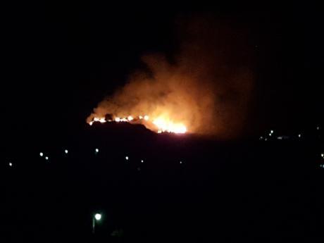 Πάτρα: Μεγάλη πυρκαγιά κοντά σε σπίτια στα Άνω Μποζαΐτικα