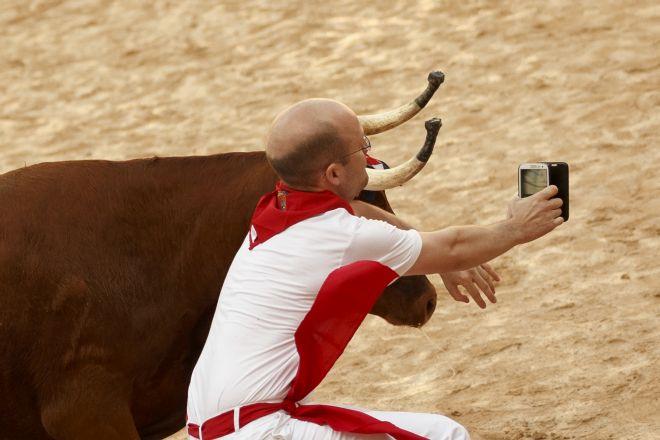 Πήγε να βγάλει selfie με ταύρο στο φεστιβάλ της Παμπλόνα!(ΦΩΤΟ)
