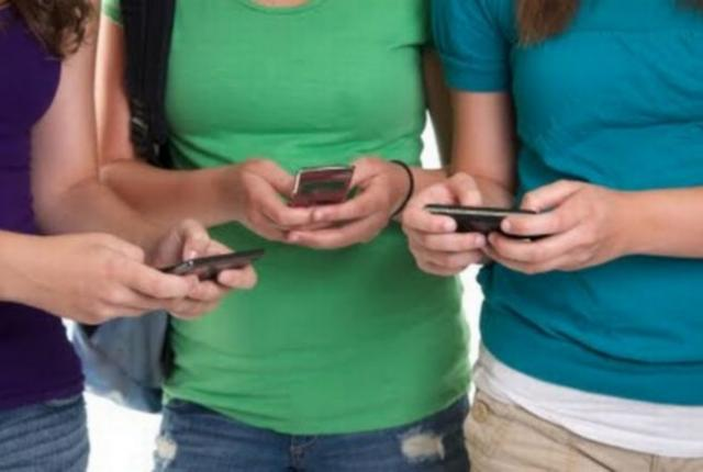 Τέλος τα κινητά τηλέφωνα από τα σχολεία