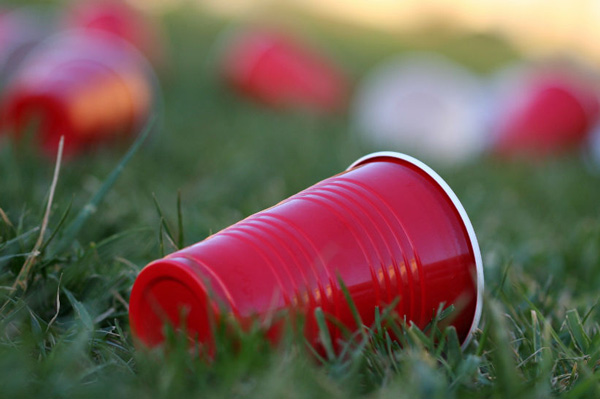 Η Γαλλία απαγορεύει τα πλαστικά πιάτα, ποτήρια και μαχαιροπήρουνα!