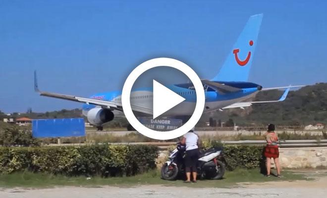 Να τι παθαίνεις όταν παρκάρεις πίσω από αεροπλάνο σε απογείωση! [Βίντεο]