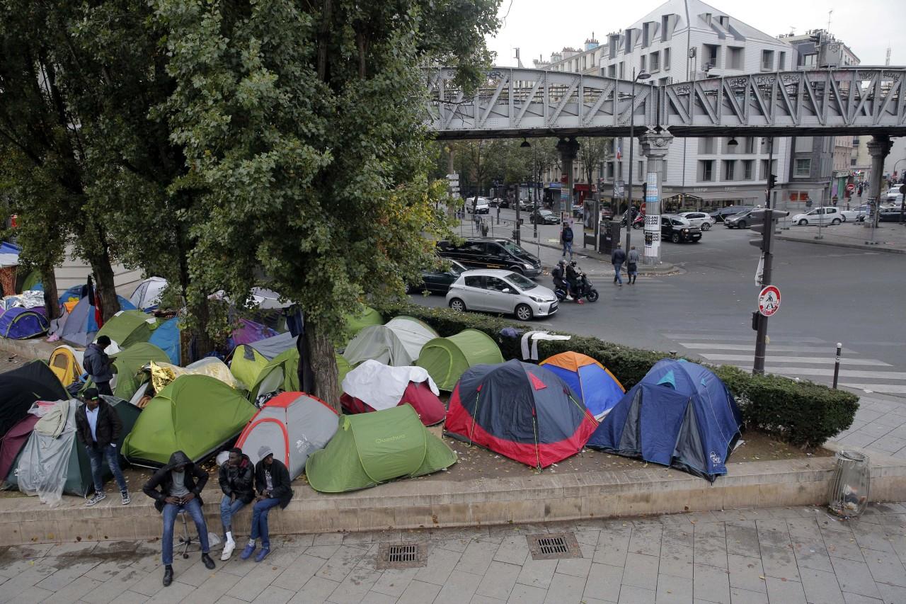 Πρόσφυγες στήνουν τις σκηνές τους στους δρόμους του Παρισιού!