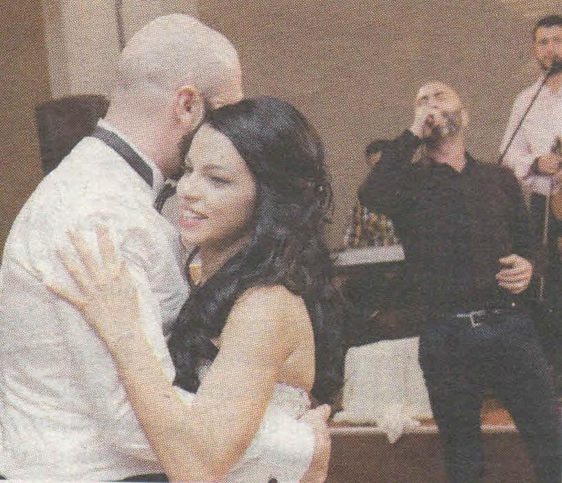 Έλληνας τραγουδιστής πάντρεψε τον αδελφό του- Έπιασε το μικρόφωνο και έγινε χαμός (φωτό)