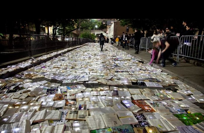 Ένα ποτάμι από βιβλία στους δρόμους του Τορόντο