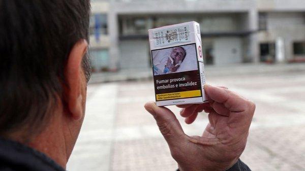 Ο άνδρας που «πρωταγωνιστεί» στα πακέτα τσιγάρων κάνει μήνυση και καταγγέλλει απάτη (ΦΩΤΟ)