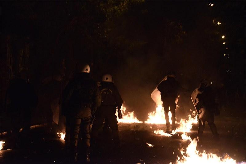 Φωτιές και οδοφράγματα τη νύχτα που πέρασε, γύρω από το Πολυτεχνείο