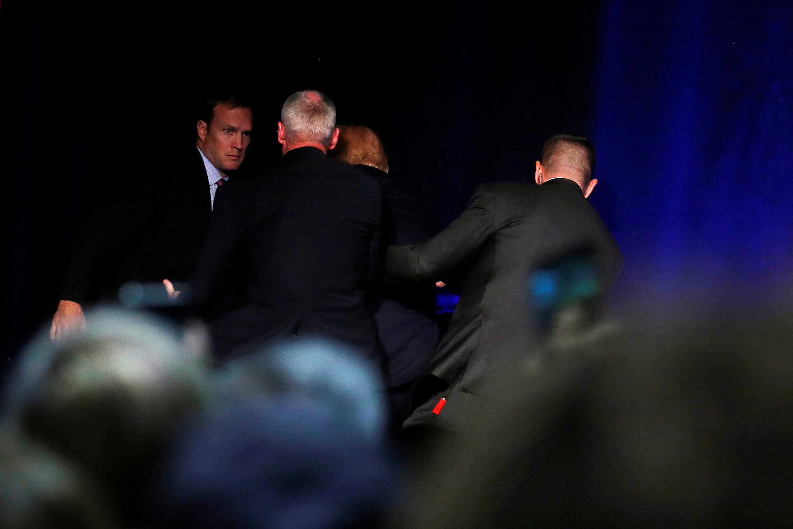 Φυγάδευσαν τον Τραμπ κατά τη διάρκεια προεκλογικής του ομιλίας(BINTEO)