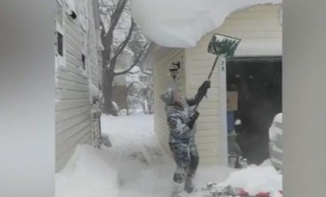 Δείτε τι έπαθε αυτή η γυναίκα καθαρίζοντας τη στέγη της από το χιόνι [Βίντεο]