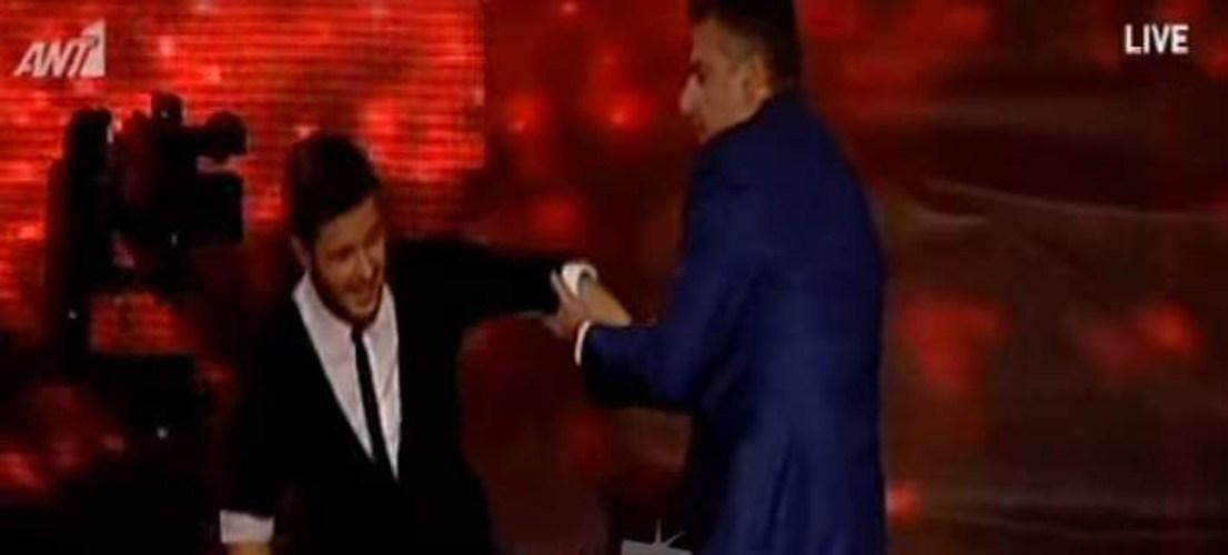 Διαγωνιζόμενος του Rising Star λιποθύμησε επάνω στη σκηνή, στα χέρια του Γιώργου Λιάγκα [βίντεο]