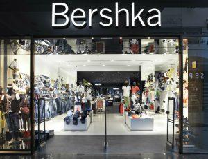 Bershka: Το απόλυτο φόρεμα για το ρεβεγιόν των Χριστουγέννων είναι βελούδινο και είναι αυτό! Έχει σπάσει ταμεία με το ξεχωριστό του χρώμα!