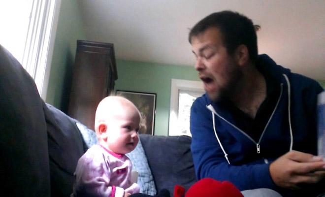Θείος παίρνει την πιο τρομακτική φωνή για να διαβάσει παραμύθι στην ανιψιά του, και η μικρή ξεκαρδίζεται στα γέλια!