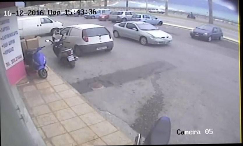 Τροχαίο στην κάμερα – Χτύπησε βρέφος και πάτησε γκάζι [pics, vid]
