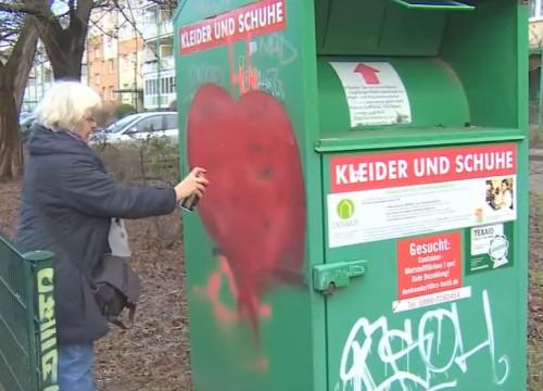 Γιαγιά σβήνει ρατσιστικά μηνύματα ζωγραφίζοντας καρδιές (βίντεο)