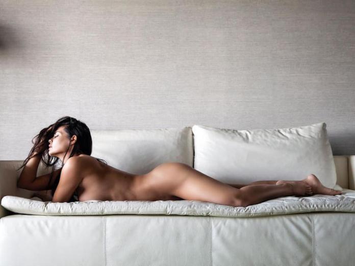 Δείτε τη Μαρία Κορινθίου ολογuμνη στον καναπέ της