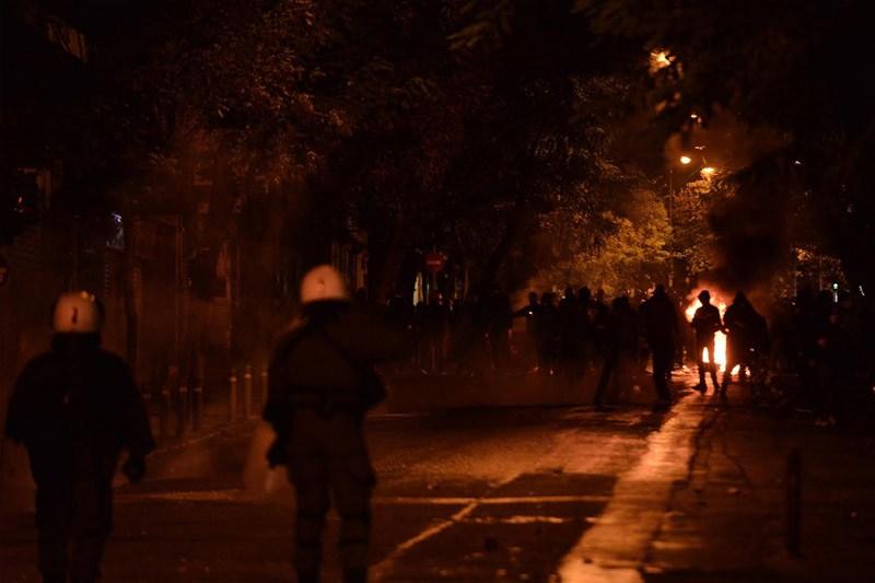 Επεισόδια στα Εξάρχεια – Φωτιές, μολότοφ και οδοφράγματα στους δρόμους γύρω από το Πολυτεχνείο