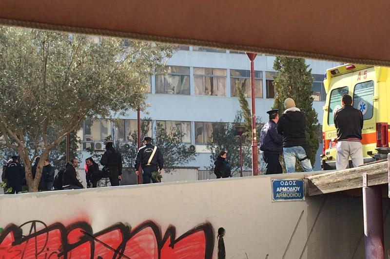 Φαρ ουέστ στο κέντρο της Αθήνας με ένα νεκρό: Δείτε φωτογραφίες από το σημείο που έχασε την ζωή του ο δράστης – Στο νοσοκομείο εσπευσμένα αστυνομικός