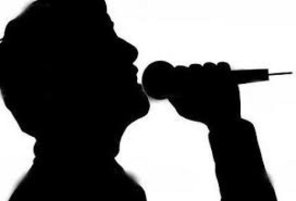 Διάσημος έλληνας τραγουδιστής: «Πριν βγει ο πρώτος μου δίσκος κοιμόμουν σε ένα παρκάκι σε ένα στρώμα» (φωτό)