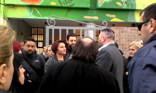Βίντεο κατέγραψε την εισβολή της Χρυσής Αυγής στο Δημοτικό σχολείο στο Πέραμα (βίντεο)
