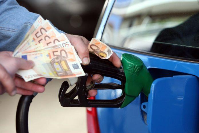 500 ευρώ η επιπλέον ετήσια επιβάρυνση από πετρέλαιο και βενζίνη