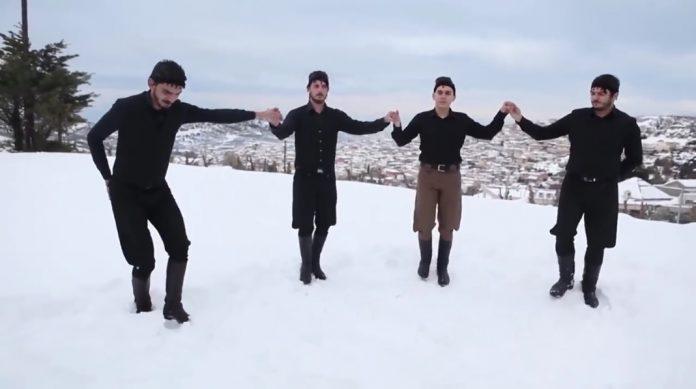 Κρητικοί πίνουν φραπέ ημίγυμνοι και χορεύουν στα χιόνια (βίντεο)