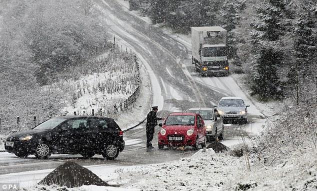 Έκτακτο δελτίο επιδείνωσης καιρού με χιόνια από το βράδυ! Ποιες περιοχές θα ντυθούν στα «λευκά»;