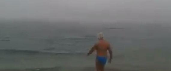 Ηλικιωμένος χειμερινός κολυμβητής βούτηξε στα παγωμένα νερά και έγινε viral