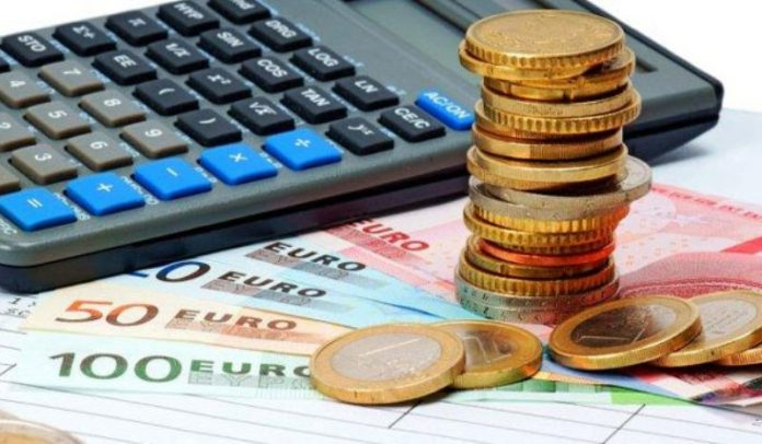 Πρόσθετο φόρο έως 800 ευρώ φέρνει το ψαλίδι στο αφορολόγητο