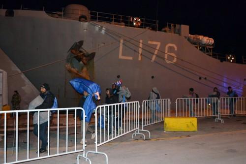 Πρόσφυγες αρνήθηκαν να πάνε στο πλοίο «Λέσβος» – Νόμιζαν πως θα σταλούν πίσω στην Τουρκία