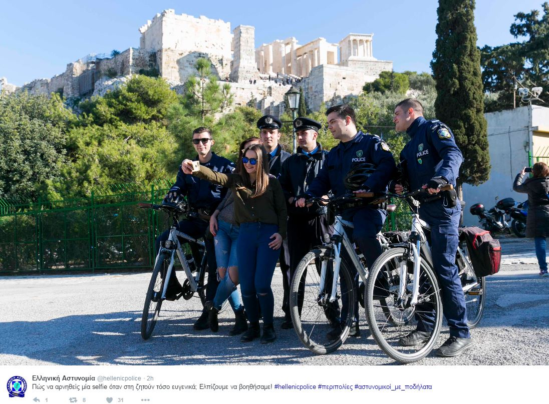 Selfie με νεαρές κοπέλες κάτω από την Ακρόπολη έβγαλαν οι αστυνομικοί με τα ποδήλατα