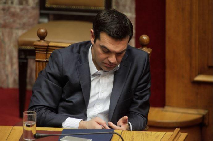 Τι διάβαζε στο κινητό του τηλέφωνο ο Αλ. Τσίπρας; (φωτο)