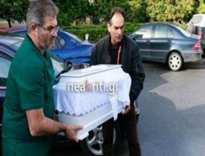 Σπαράζουν καρδιές: Το λευκό φέρετρο με το άψυχο κορμάκι του μόλις 5,5 μηνών βρέφους που σκοτώθηκε στην Κρήτη από τον πατέρα του!