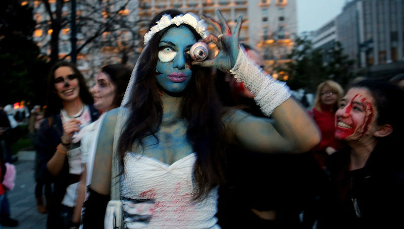 Zombie Athens Walk: Μασκαράδες μεταμφιεσμένοι σε «ζόμπι» στο κέντρο της Αθήνας