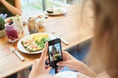 Γιατί δεν διαγράφετε παλιές φωτογραφίες και μηνύματα; Μπορεί να είστε «digital hoarder»