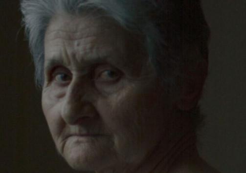 Σαρώνει το διαδίκτυο η γιαγιά από την Πέλλα που πόζαρε με φανελάκι για τη Vogue (εικόνες)