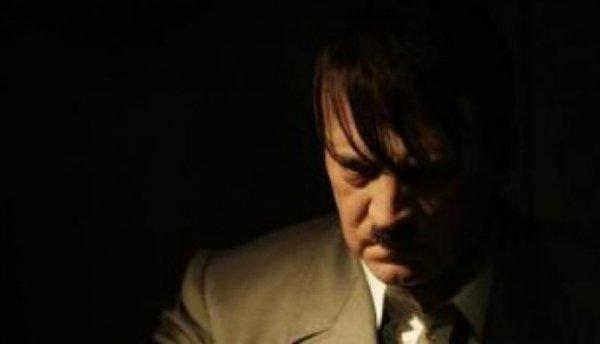 Σωσίας του Χίτλερ βολτάρει στην γενέτειρα του δικτάτορα (φωτό)