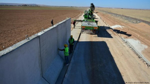 Τείχος μήκους 290 χιλιομέτρων ανήγειρε η Τουρκία στα σύνορα με τη Συρία (ΦΩΤΟ)