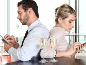 Phubbing: Η σύγχρονη μάστιγα που καταστρέφει τις σχέσεις – Εσύ ήξερες τι είναι;