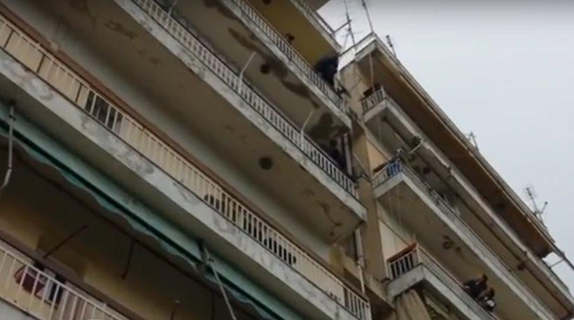 Πάτρα: Επιχείρηση απεγκλωβισμού παιδιού από τον 4ο όροφο