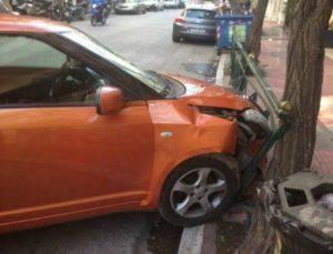 Θρίλερ στο κέντρο της Αθήνας! Αυτοκίνητο έπεσε δίπλα σε στάση λεωφορείου! (photos+video)