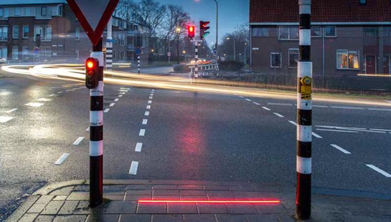 Τα πρώτα πεζοδρόμια-φωτεινοί σηματοδότες για κολλημένους χρήστες κινητών τηλεφώνων