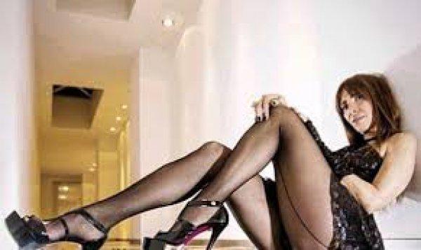 Η Μάγκυ Χαραλαμπίδου ποζάρει φορώντας μόνο ένα διχτυωτό καλσόν (φωτό)