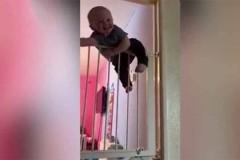 Μπόμπιρας «δραπετεύει» από διπλή παιδική πόρτα ασφαλείας και τρελαίνει το διαδίκτυο! [Βίντεο]