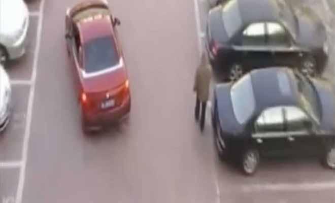 Γυναίκα οδηγός προσπαθεί να Παρκάρει όταν ένας Άντρας της Κλέβει με μαεστρία τη Θέση. Η Εκδίκησή της; Έχει γίνει Viral! [Βίντεο]