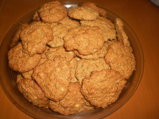 Μπισκότα με νιφάδες βρώμης, φυστικοβούτυρο και σταγόνες σοκολάτας.