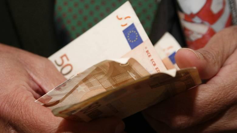 Μισό το οικογενειακό επίδομα – Τσεκούρι στα χρήματα
