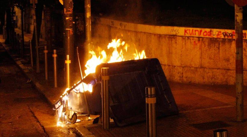 Φωτιά σε κάδους ανακύκλωσης μπροστά από το ΑΠΘ