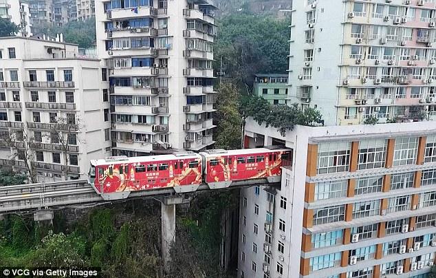 Τρένο στην Κίνα περνάει κυριολεκτικά μέσα από πολυκατοικία